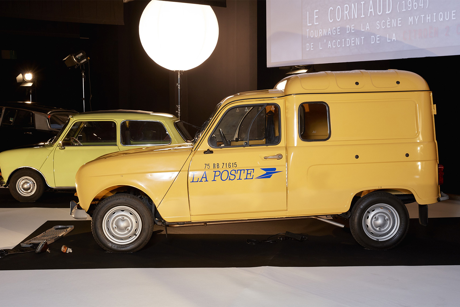 Renault 4 fourgonnette La Poste (The Visitors / Les Visiteurs, 1993, Jean-Marie Poiré)