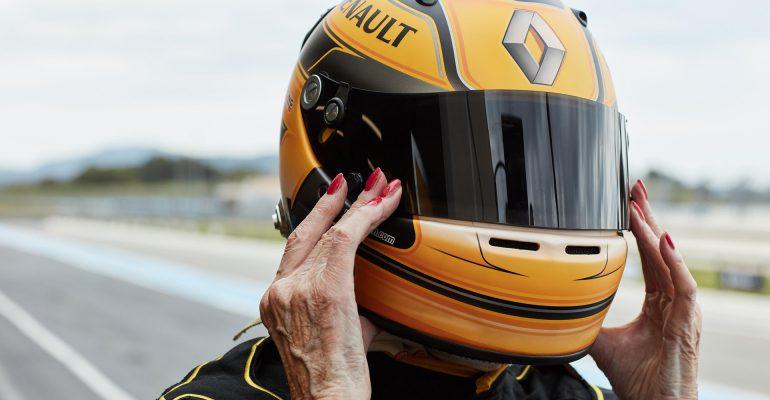 Alter schützt vor Tempo nicht: 79-Jährige auf Testfahrt im F1-Rennwagen