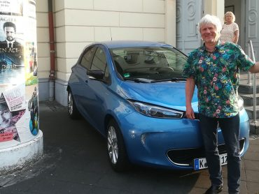 Kabarettist Jürgen Becker mit Humor und dem Renault ZOE auf Tour