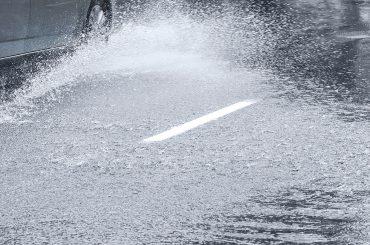 Zehn Tipps für sicheres Autofahren bei Regen und Nässe